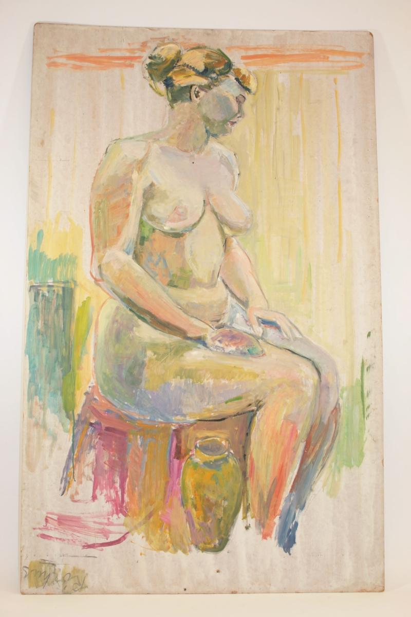 Motivet viser en naken, sittende kvinne med hendene plassert flatt på låtene. Har lyst hår oppsatt i en knyte i nakken og pannelugg. Hun er vendt delvis mot betrakteren, men ansiktet er vendt bort i profil mot høyre. Ved bena har hun en vase.