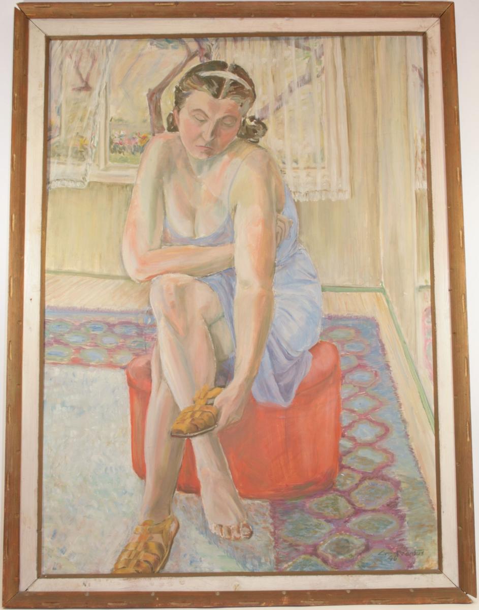 Motivet viser en kvinne som sitter på en rød puff.. Hun krysser venstre ben over høyre, og lener venstre albue på kneet.  I høyre hånd holder hun en sandal som hun retter blikket mot, mens hun har på seg en sandal på høyre ben. Hun bærer en kjole med skulderstropper i lyseblått. Hun har mørkt hår med midtskill og hårbøyle. I bakgrunnen ser man et vindu med hvite, gjennomsiktige  blondegardiner.