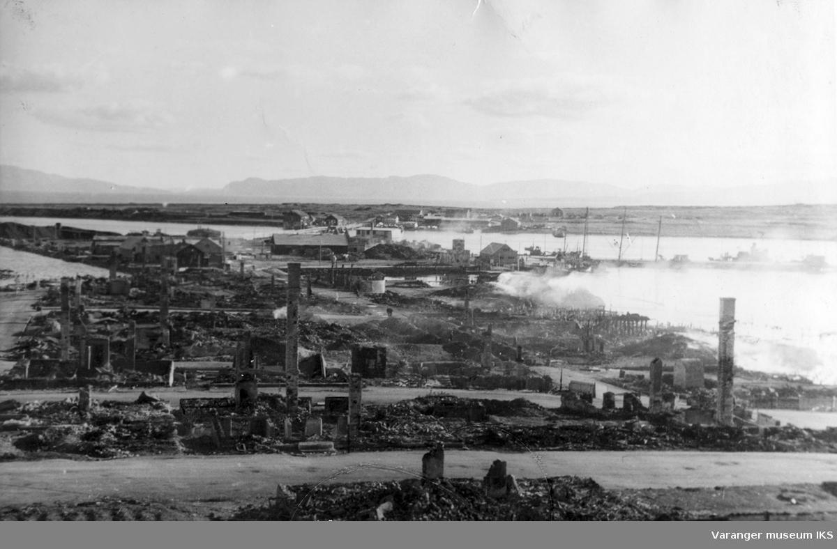 Oversiktsbilde over Vadsø sentrum etter storbombingen, høsten 1944.