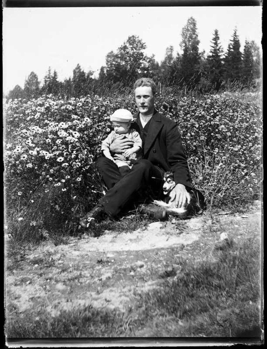 Sven Jonsson, Hjärtum 1915-05-14, Olof Jonsson, Hjärtum 1882-11-15 sittande i klöverängen