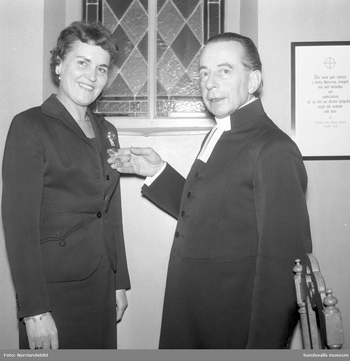 En kvinna får förtjänstmedalj i Skönsmons kyrka.