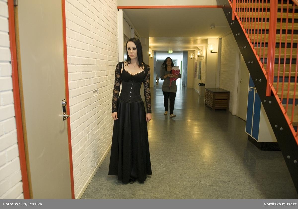 Dokumentation av ungdomsmode i Täby enskilda gymnasium hösten 2009. Elin Lorien Björkenholt klädd i svart klänning med rosett och ärmar i spets.