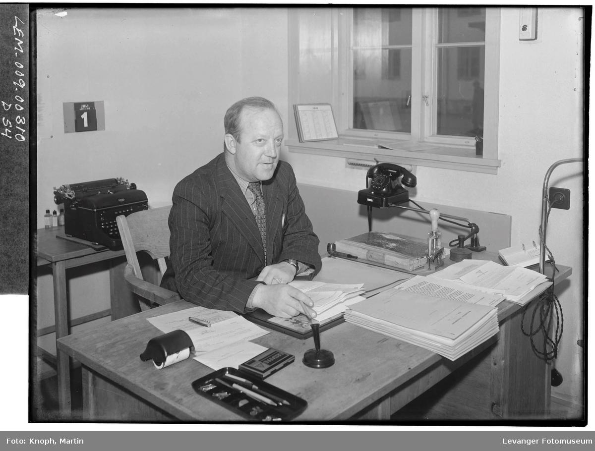 Ordfører Sjursen på kontoret  I