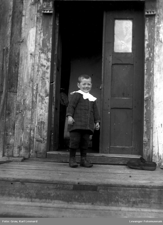 Portrett, gutt i døråpning.