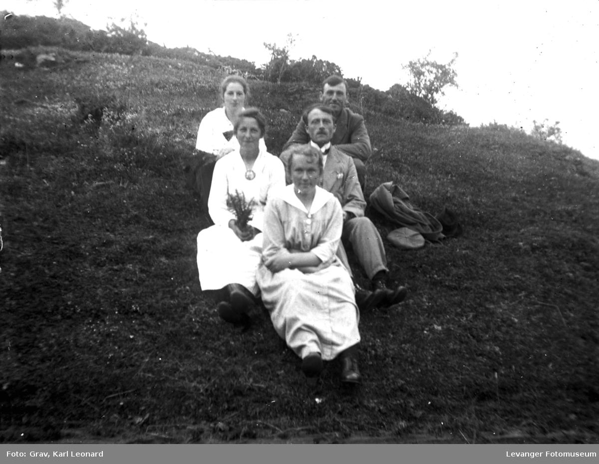 Gruppebilde, tre kvinner og to menn ute