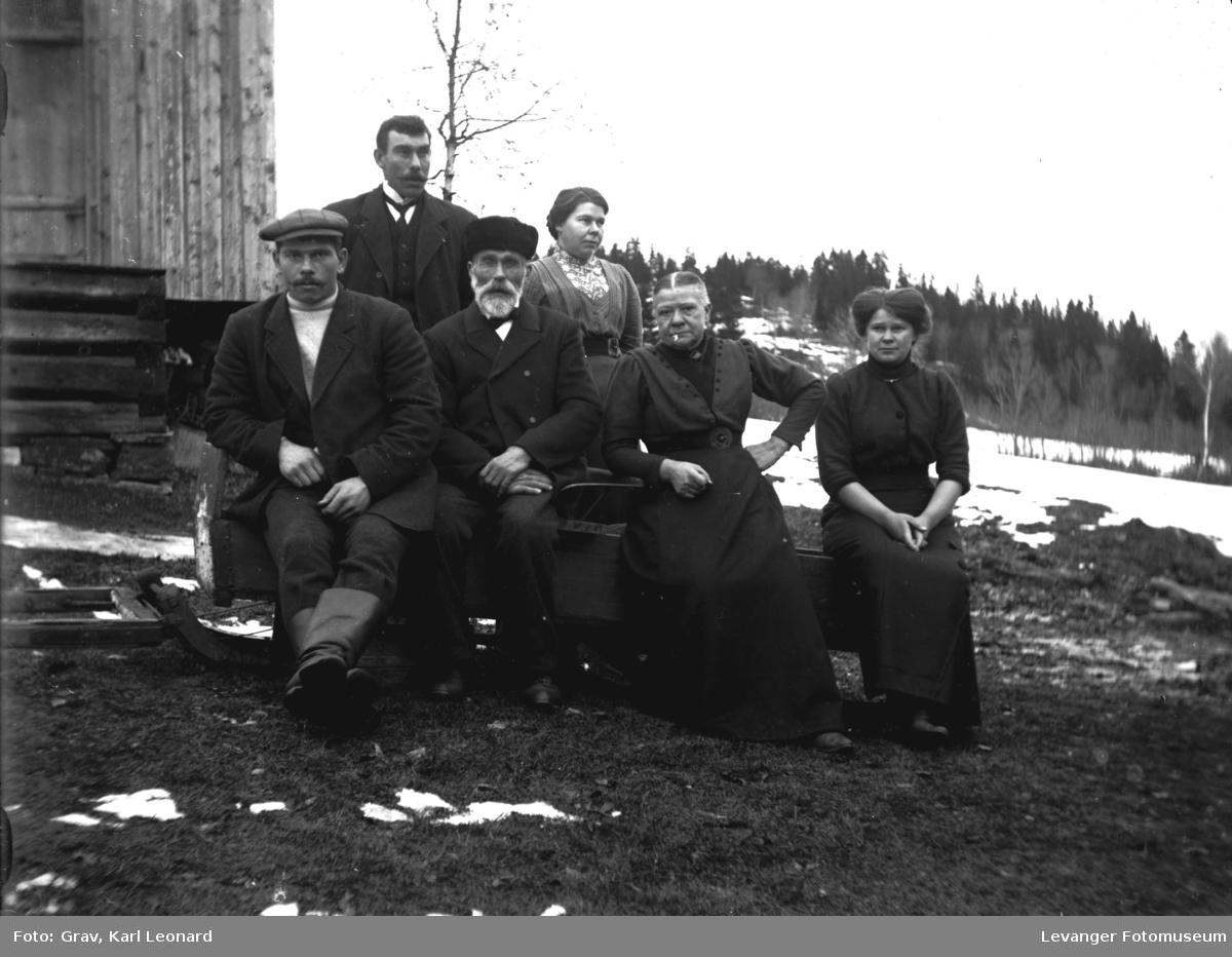 Gruppebilde, sitter/står på slede