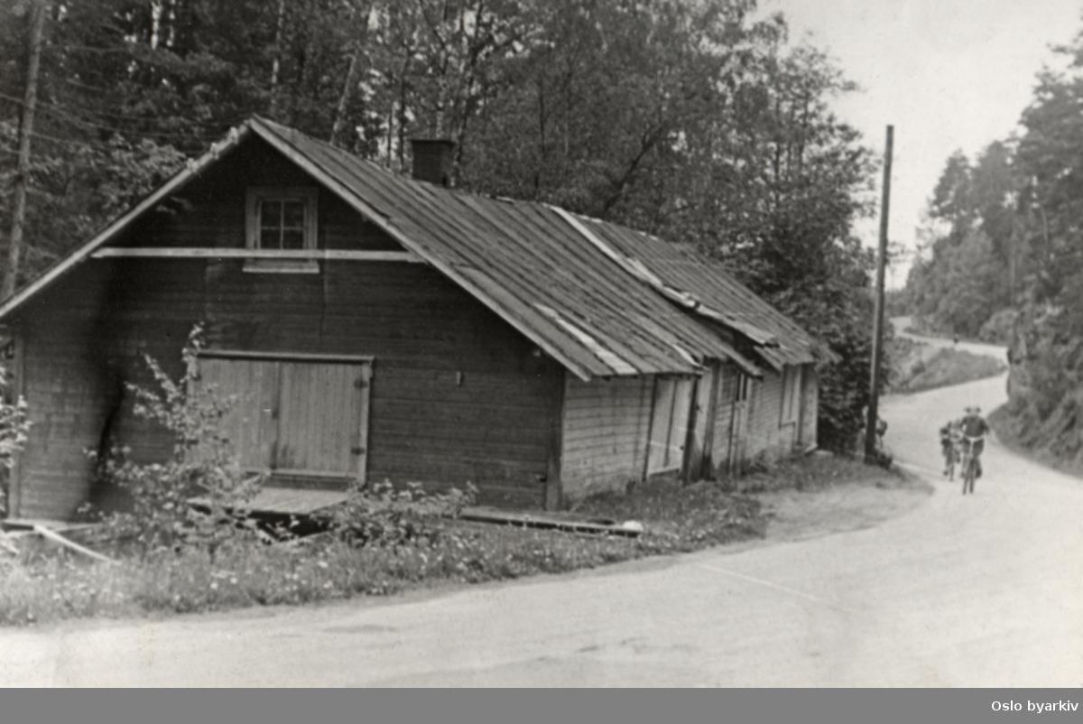 Ljan gamle mølle. Nedrevet bygning. Syklister langs veien..Fra fotoalbum med tittel; Oslo kommune leiegårder, nedrevne eiendommer.