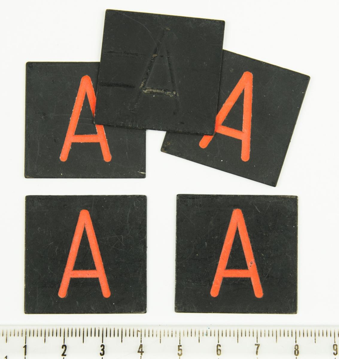 Markerbricka (orange stort A). Sammanhör med ett större parti brickor, pilar och tecken.