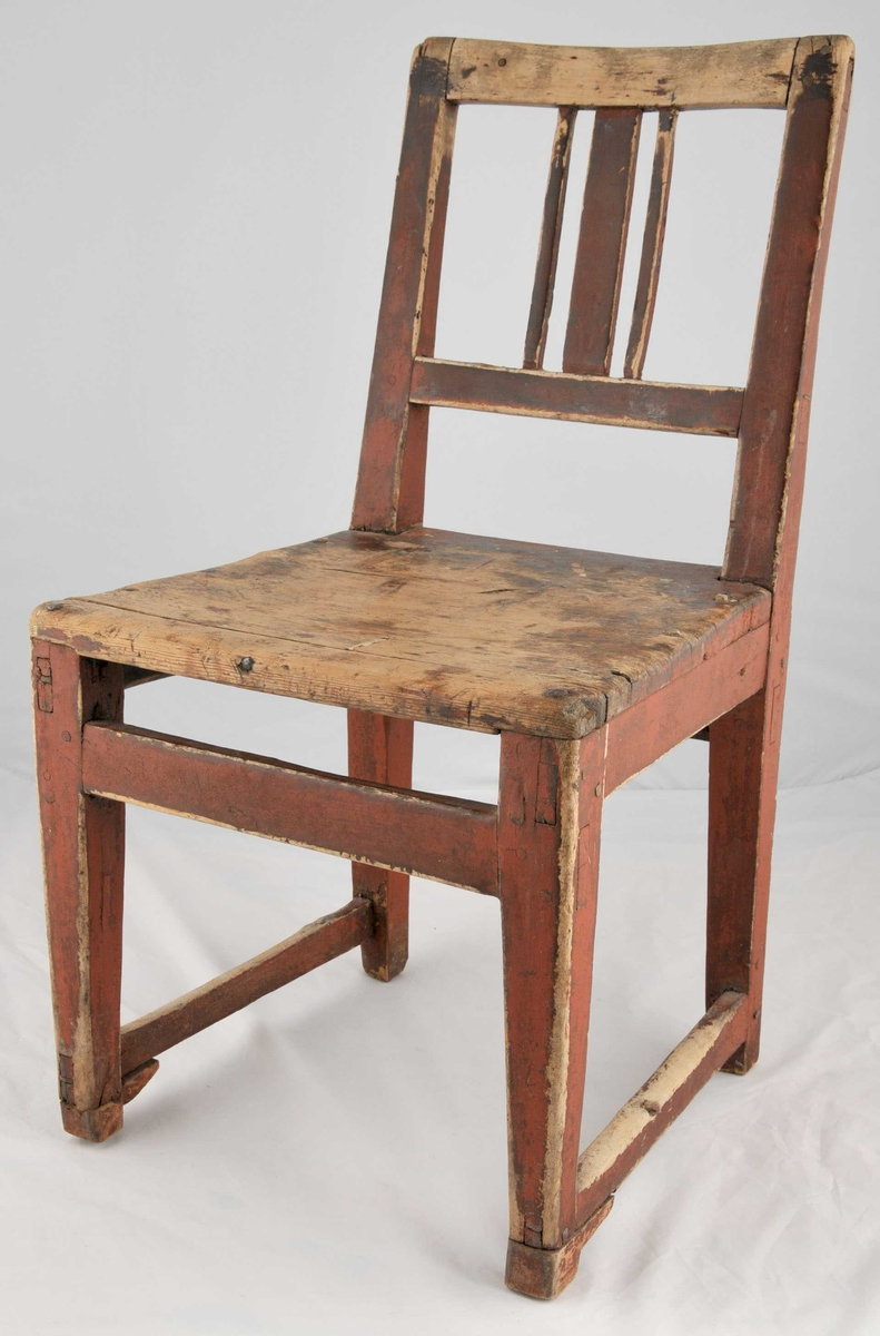 Grindestol med tre spiler i ryggen. Samansett med trenaglar. Raudmåla. Svært sliten.