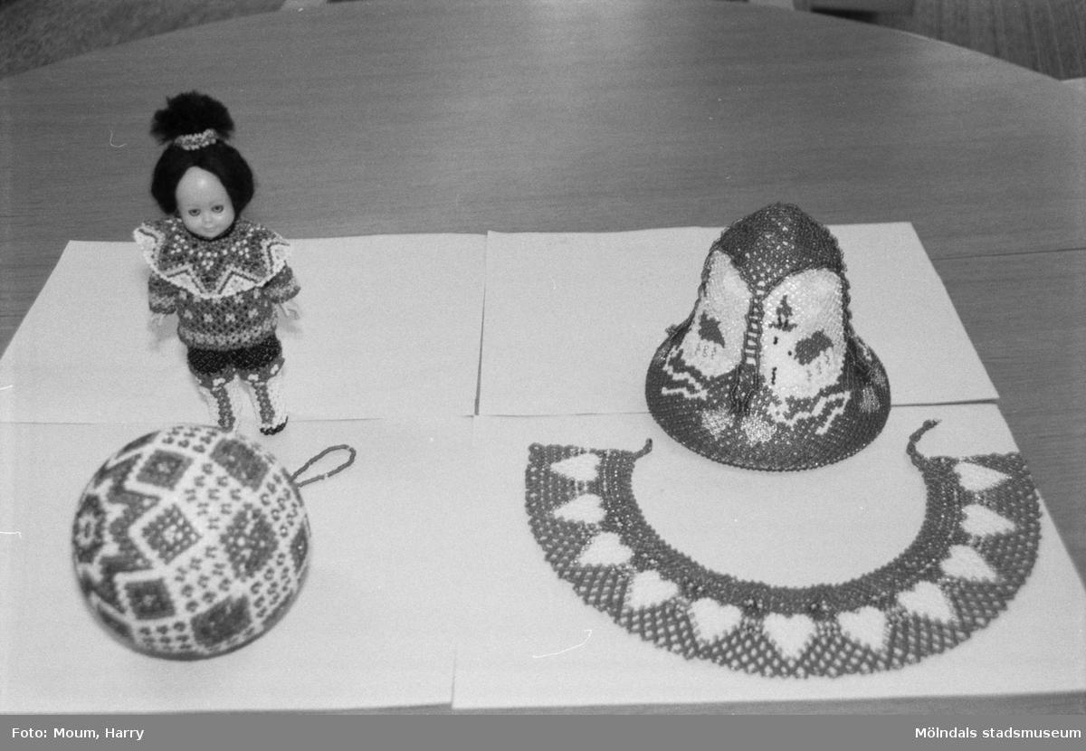 Utställning med pärlbroderier på Kållereds bibliotek, år 1985.  För mer information om bilden se under tilläggsinformation.