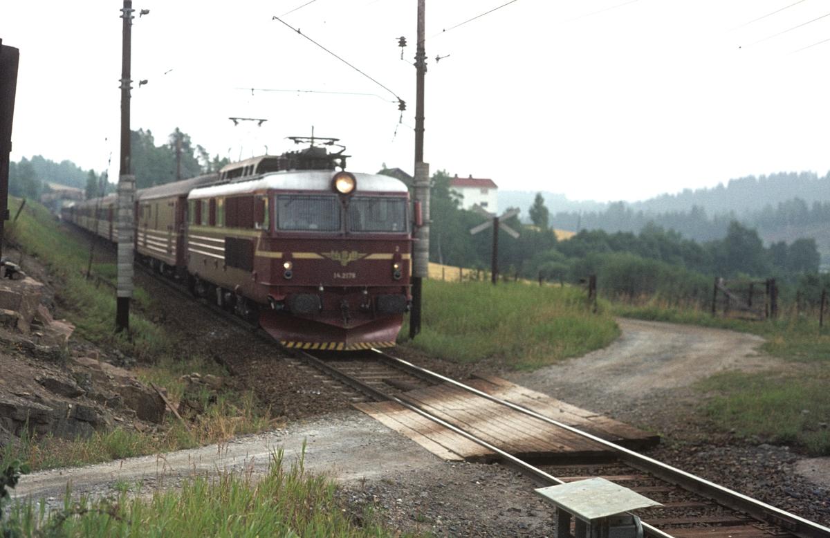 Hurtigtog 601, Oslo Ø - Bergen, med El 14 2179 ved Grindvoll.