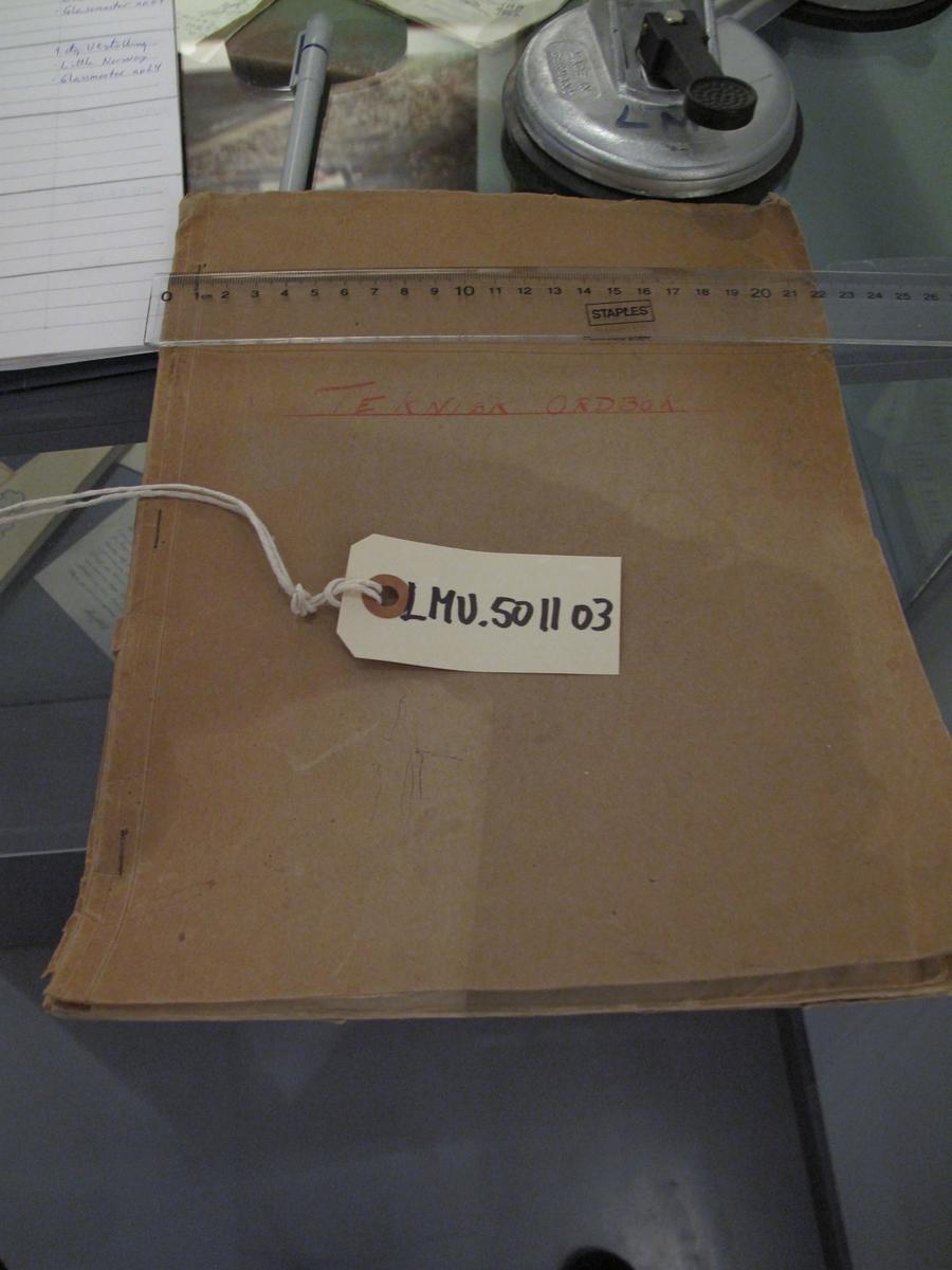 Teknisk ordbok med ord og uttrykk samlet av nr 5474 Axel Madsen som tjenestegjorde ved 330 N Sqn på Island  1942. Håndskrevet.