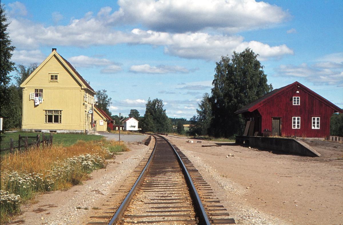 Ådalsbruk holdeplass, tidligere stasjon. Stasjonsbygning og godshus med rampe.