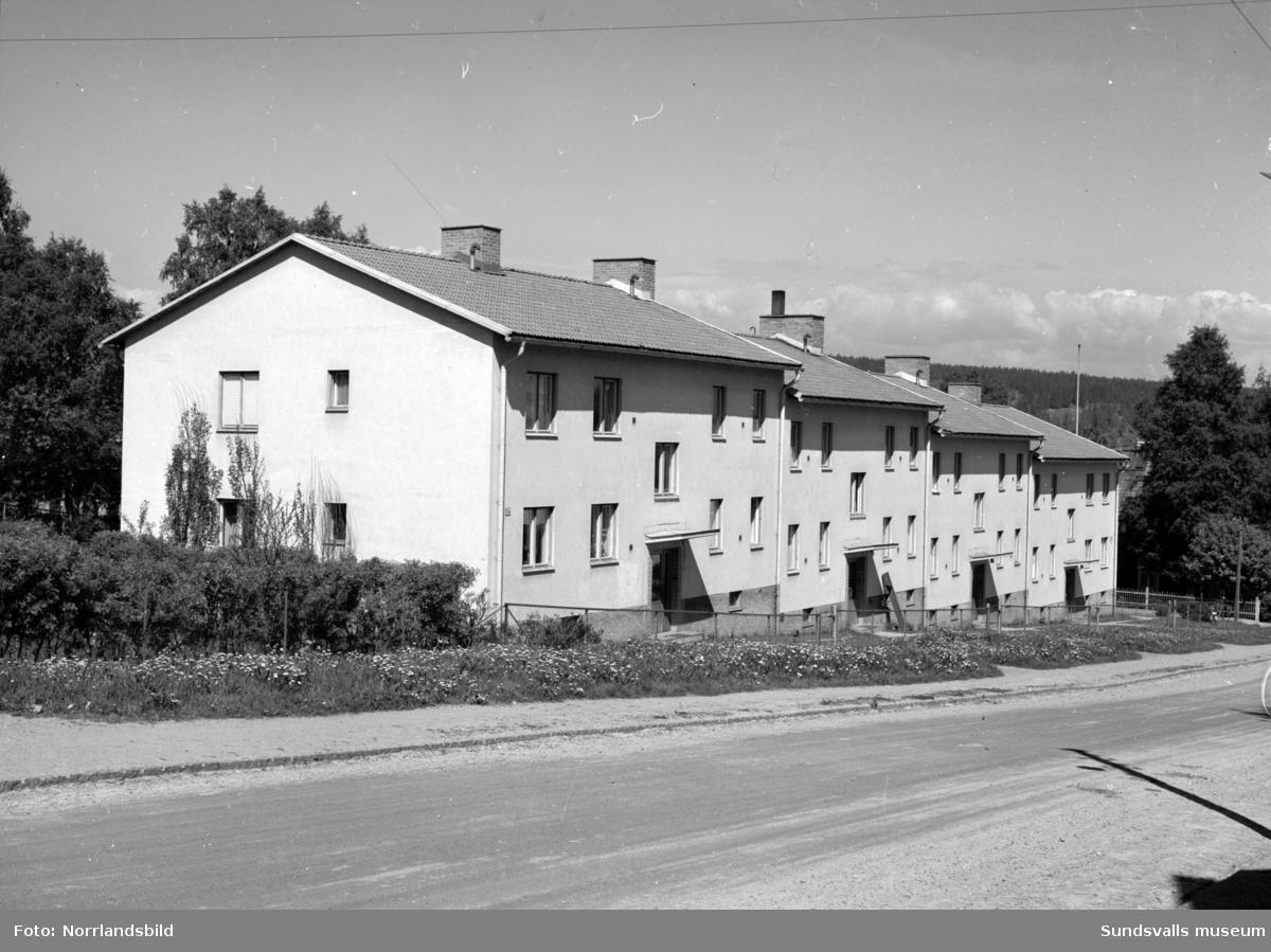 Exteriörbild av flerfamiljshus vid Nybrogatan 52.
