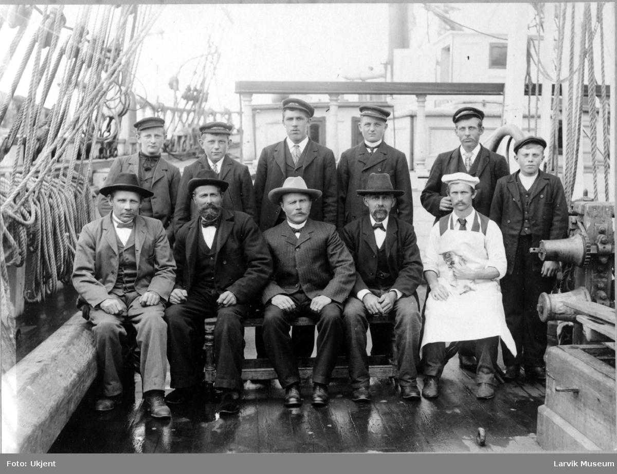 Mannskap på barken Carmel rundt 1906