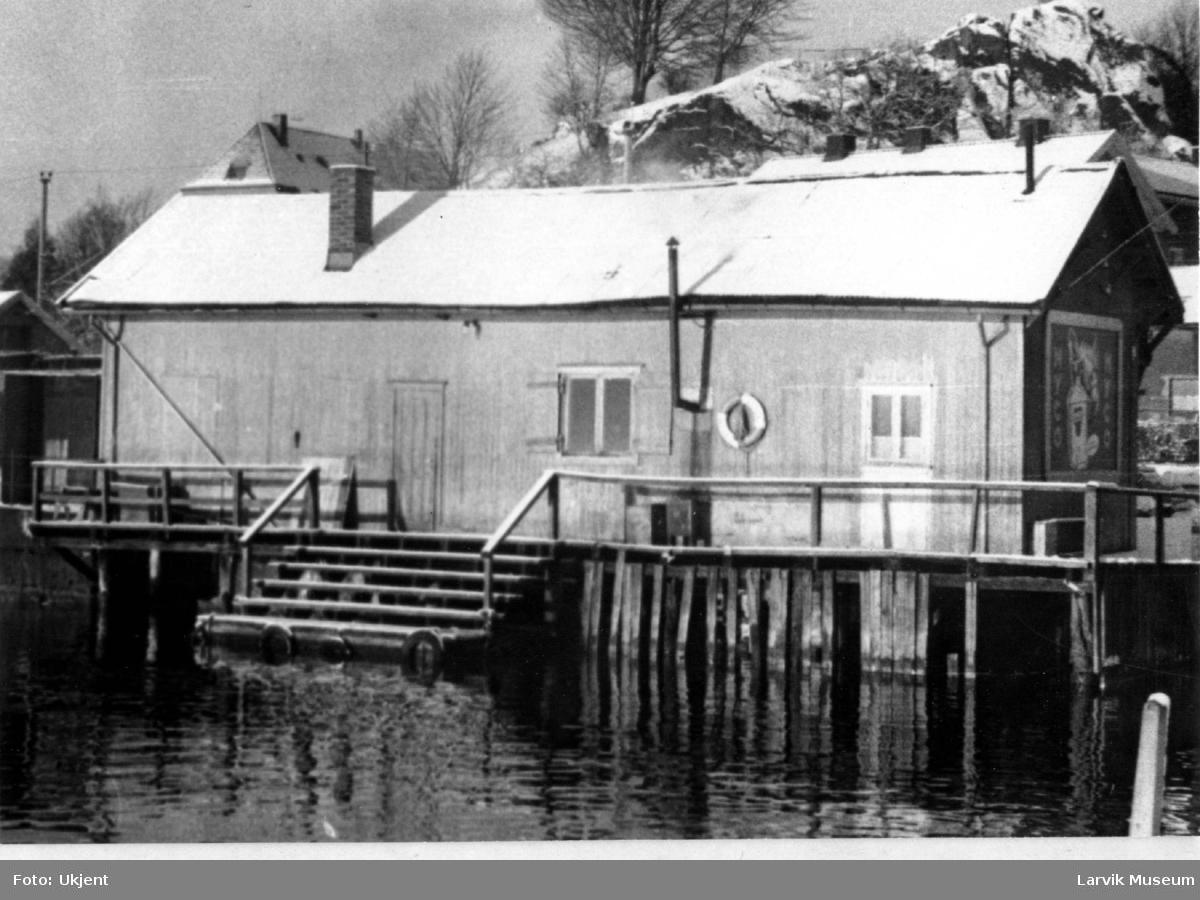 Fiskemottak, fiskerhus. Farrisfabrikken og Bøkkerfjellet i bakgrunnen. Larvik havn. Fiskehallene før bryggen ble omgjort til ferjeleie. Her var byens fiskeforretninger samlet. Tatt fra Vestre brygge.