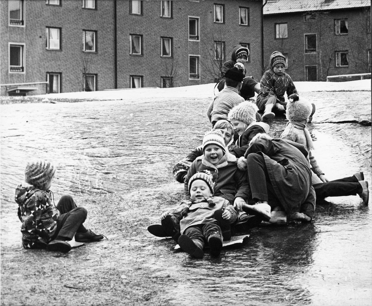 Lekande barn på Bangatan 19 - 21.