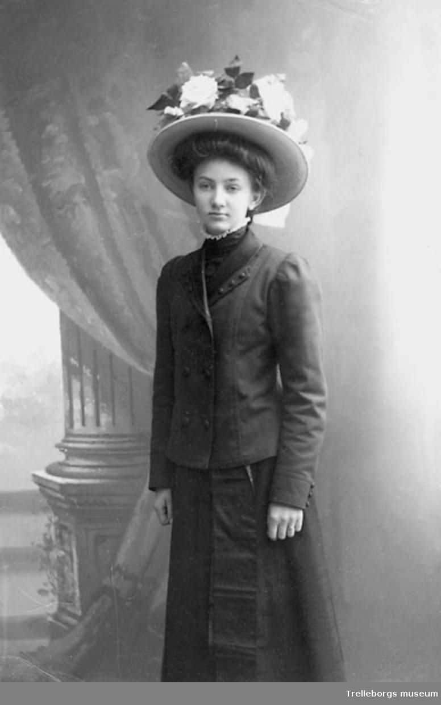 Porträtt av ung kvinna i stor hatt med prydnadsblommor. - Trelleborgs museum    DigitaltMuseum 0c370a50e4931