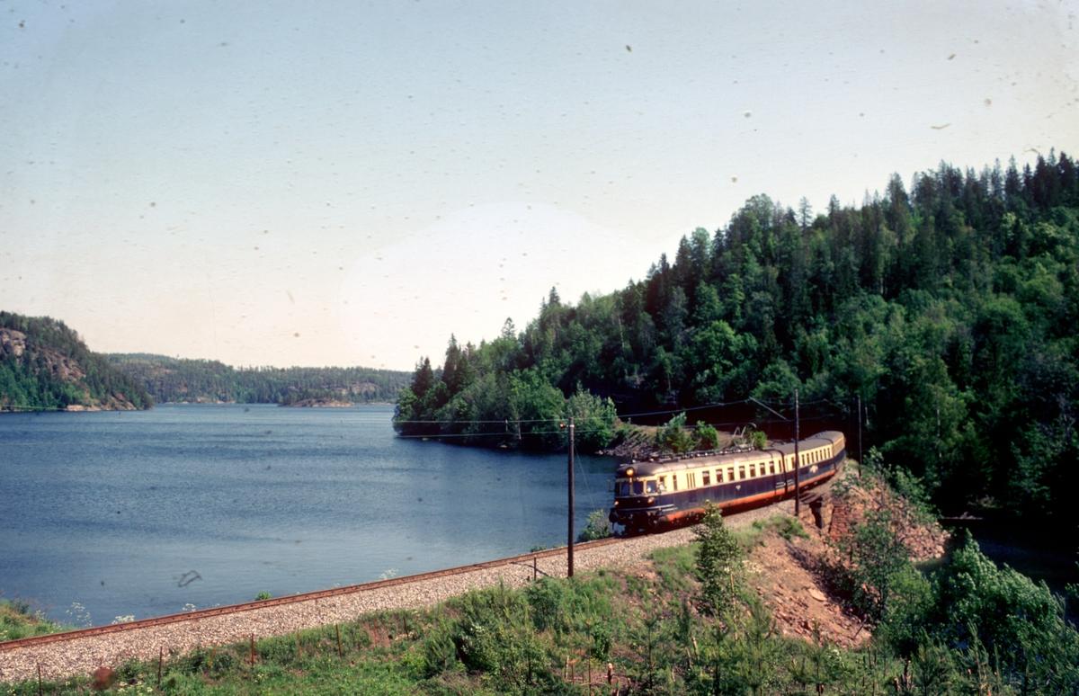 """""""Farvel til type 66"""". Ekstratog for Norsk Jernbaneklubb med ekspresstogsett type 66, motorvogn BM 66 01, mellomvogn B66 og styrevogn BS66 63. Turen gikk Oslo V - Horten - Brevik - Skien - Kongsberg - Oslo V,  noen dager etter at togsettene var tatt ut av trafikk."""