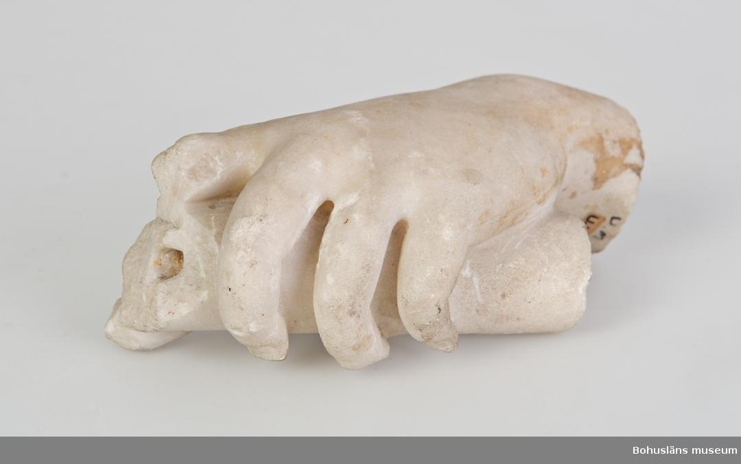 Ur handskrivna katalogen 1957-1958: Marmorhand fr. Paris L.15,5. Br. 8 Fragment (av staty eller dyl.)  Lappkatalog: 99