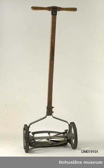 """471 Tillverkningstid 1930-TAL  Gräsklippare med handtag i trä. Metallhjul.  Märke """"Norrahammar""""."""