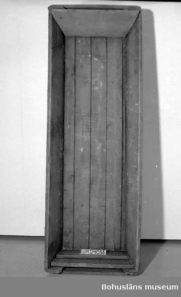 """782 Förv från *LHOLMEN 471 Tillverkningstid 1800-1850 410 Mått/Vikt !B:95 B:95 CM 594 Landskap BOHUSLÄN 601 Rutor och ränder i rött och blått mot vit botten. I ena hörnet märkt 602 med korsstygn i svagt rött bomullstråd: """"I BD f. 1789"""". Inköpt av 603 givaren på auktion (Allmänna Arvsfonden) efter Signe Johansson 1985. 604 Flera småhål. Lagningar, stoppar."""