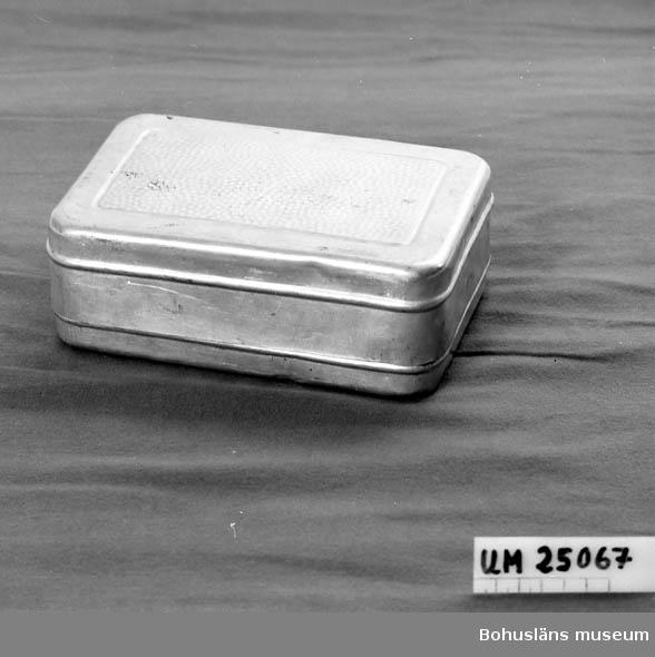 471 Tillverkningstid 1938 CA  Fyrkantig. Rundade hörn. Lock med präglade prickar. Använd vid camping.