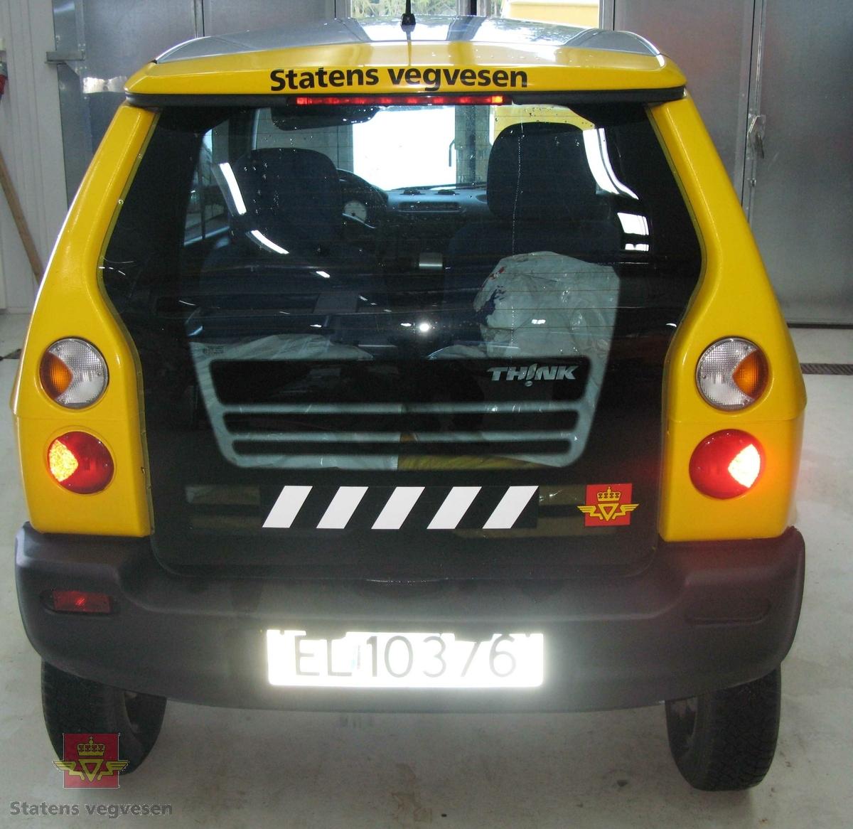 """Elektrisk drevet personbil med framhjulstrekk. 2-akslet. 2 sitteplasser. Gul og grå. SVV profilering. Bilen har et karosseri av termoplast, (polyethylen) og et tak av ABS plast.  Underramme av stål og overramme av aluminium. Kollisjonsbjelker i dørene. Deformasjonssoner. Airbag på førersiden. Separat batterikasse, (batteripakka i denne er fjernet, det gjør bilen 250 kg lettere). Farget glass. Blått og grått interiør. Motortypen er en vannavkjølt 3 fase asynkron induksjonsmotor med maksimal effekt på 27 kW.  Bilen gjør 0-50 km/t på 7 sekunder og har en toppfart på 90 km/t. Kjører 2,5 time på en halv """"tank"""". Batteriet fullades på 6-8 timer. Lades ved stikkontakter med 220 V. Rekkevidde ECE bysyklus 85 km. Ekstrautstyr: vinterhjul og radio/cd-spiller."""