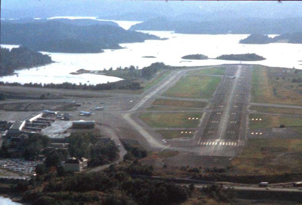 Luftfoto. Fornebu. Klar for landing Runway 24.