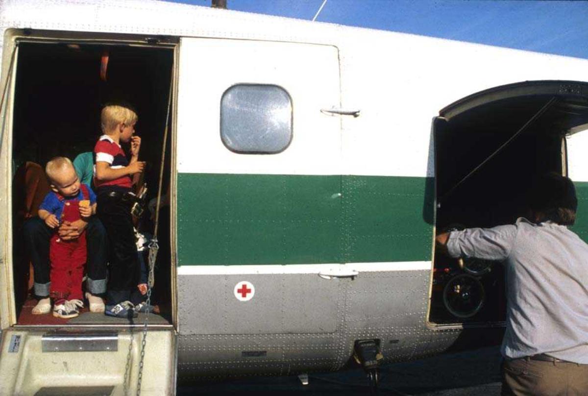 Lufthavn/Flyplass. Sandnessjøen. Ett fly, DHC-6-300 Twin Otter fra Widerøe.