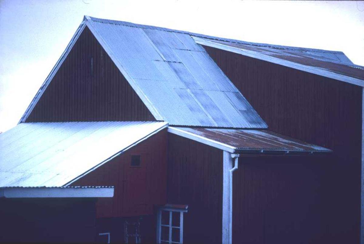 Landskap. Et gammelt fjøs passeres like ved Refsnes ferjested på tur til Harstad.