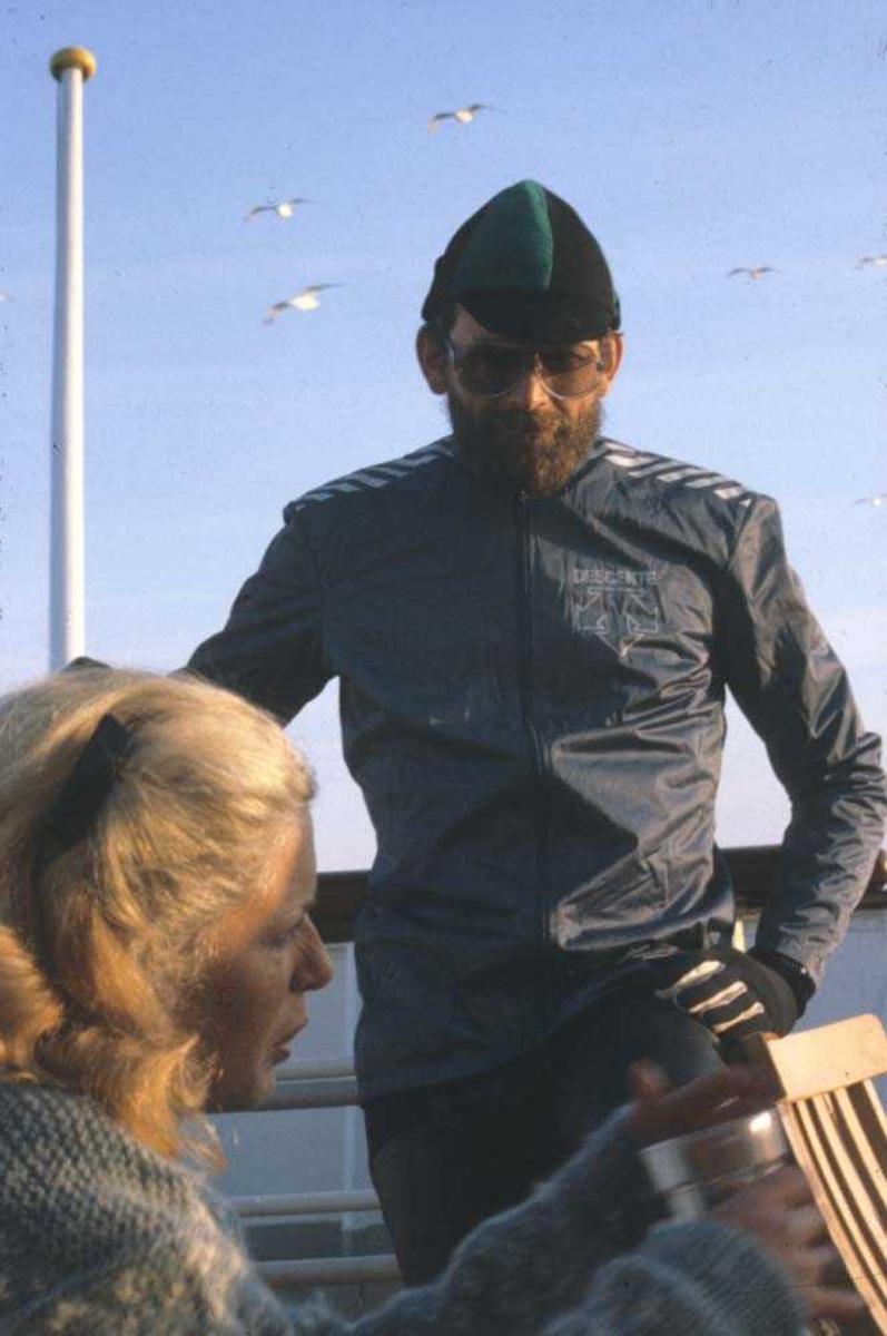 Landskap. Widerøes Agent tur 1985 til Finnmark. Passasjerer trekker frisk luft på dekket til hurtigruta Kong Olav .