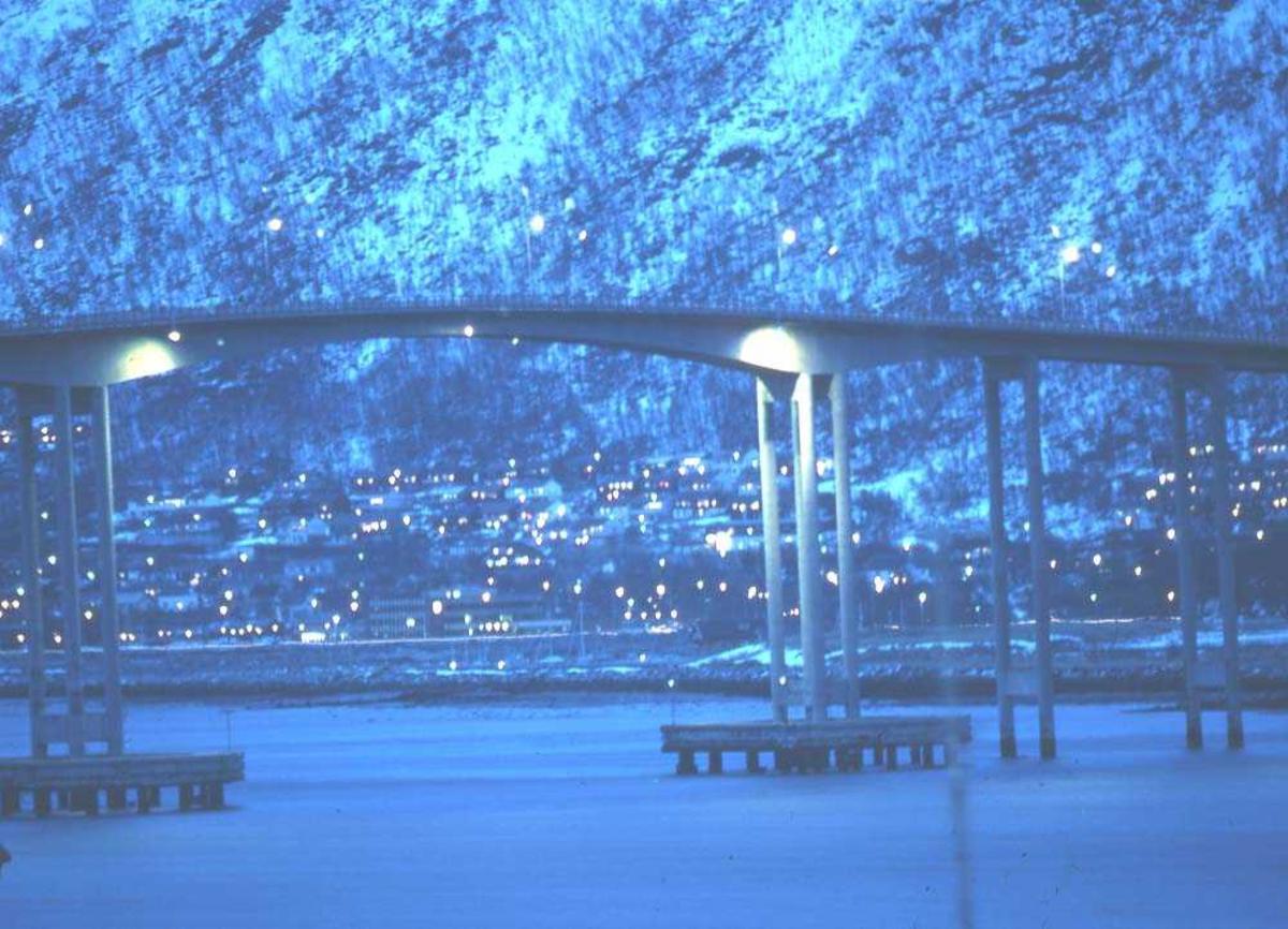Landskap. Tromsø. Tromsdalen med Kroken i bakgrunn. Tromsøbroen over Tromsøysundet i forgrunn.