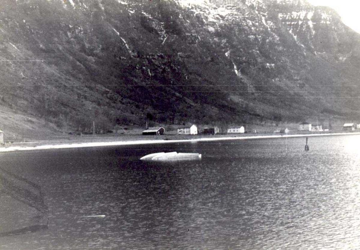 Landskap. Et fly, LN-BFP, Norseman, Widerøe, havarert Novik/Gildeskål, tauet flytende på flottørene til Storvik/ Gildeskål