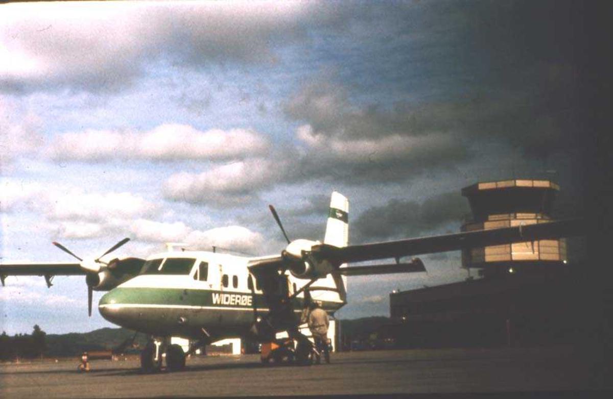 Lufthavn/flyplass.. Et fly, DHC-6-200 Twin Otter fra Widerøe parkert.