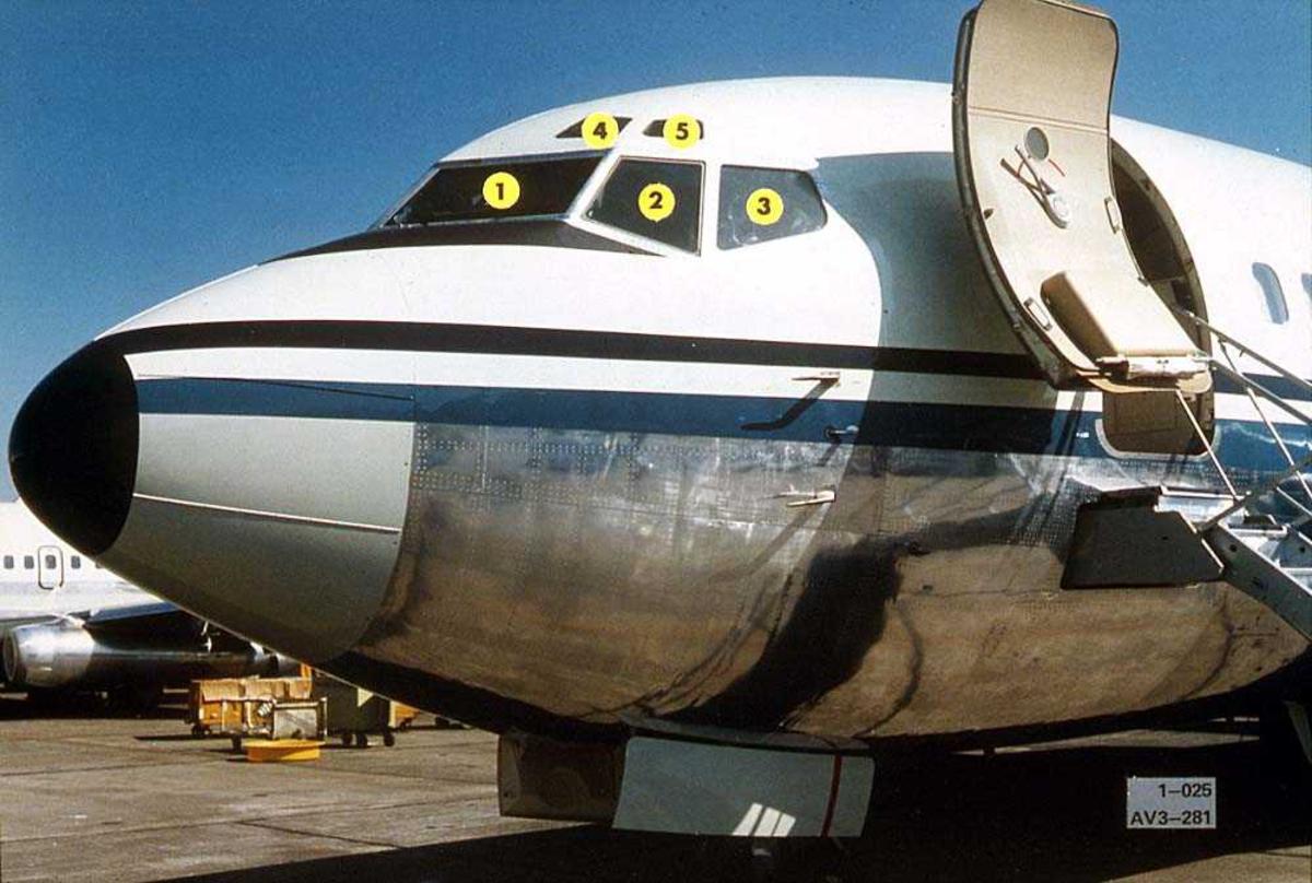 Lufthavn. Forparten på en Boeing 737-200 på bakken. Cockpitvinduene er nummeret fra 1-5.
