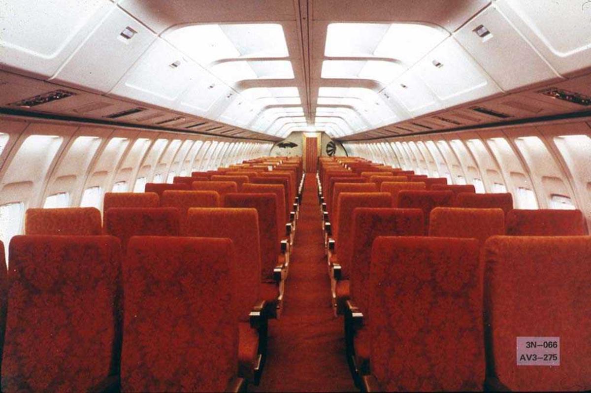 Interiørbilde fra kabinen i en Boeing 737-200.