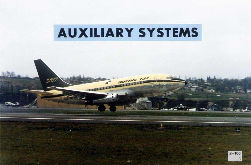 """Lufthavn. Ett fly like over rullebanen, som lander/tar av, Boeing 737-200. """"Auxiliary systems"""" står skrevet over flyet."""