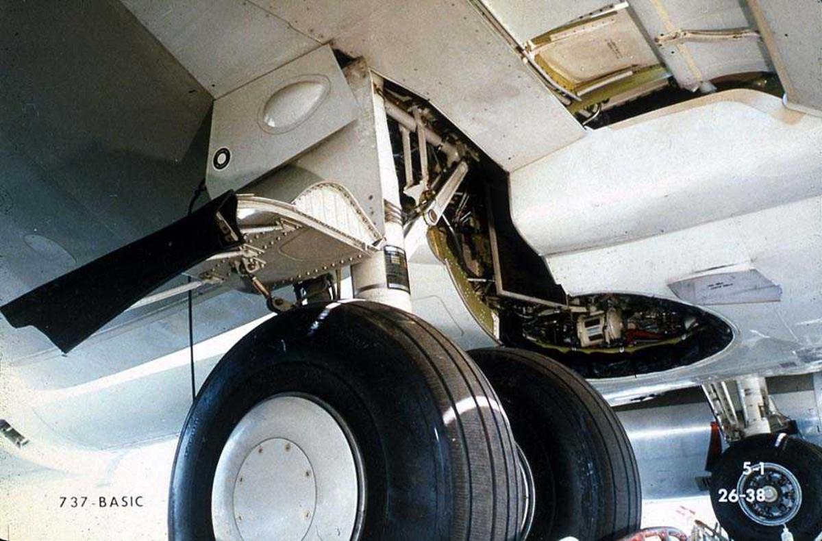 Detaljbilde av understellet på ett fly, Boeing 737.