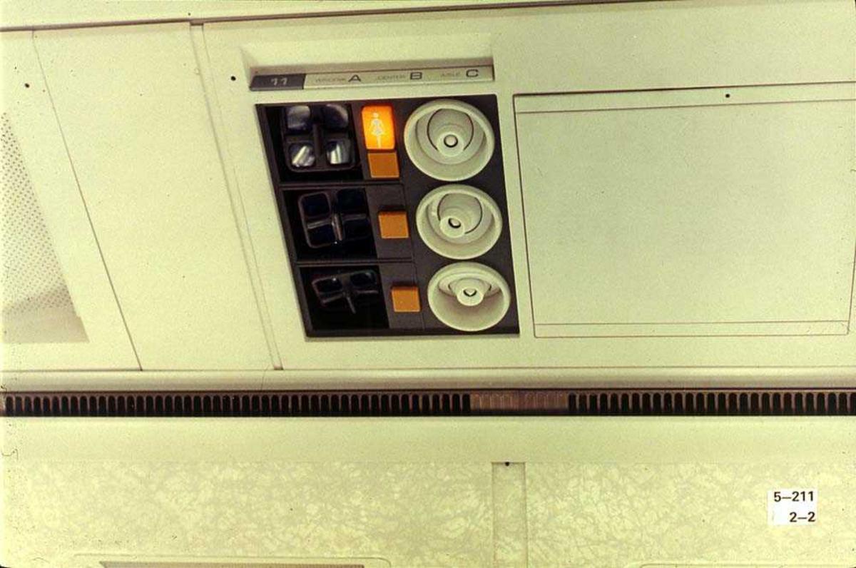 Ventilasjons og lyspanel for passasjerene ombord i ett fly, Boeing 737-200.