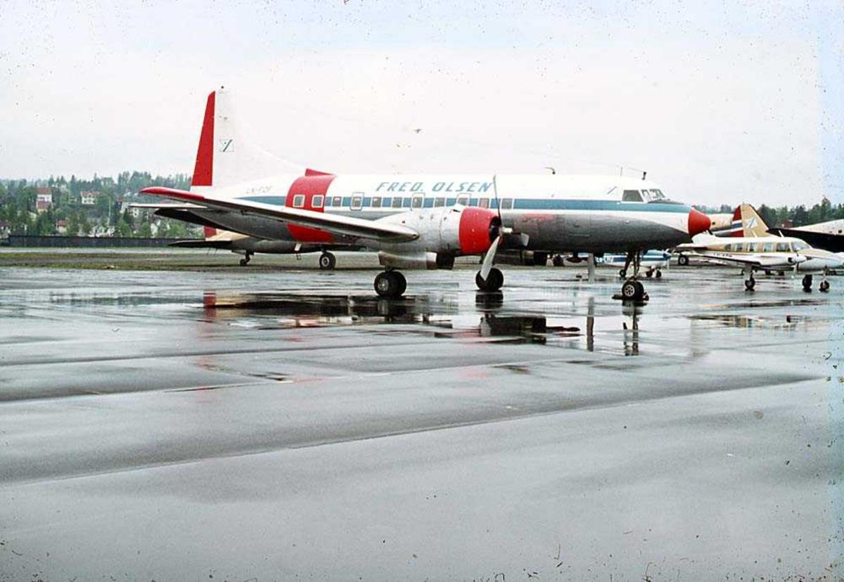 Lufthavn. Ett fly på bakken, Convair CV 340-32 LN-FOF fra Fred Olsen. Flere andre fly i bakgrunnen.