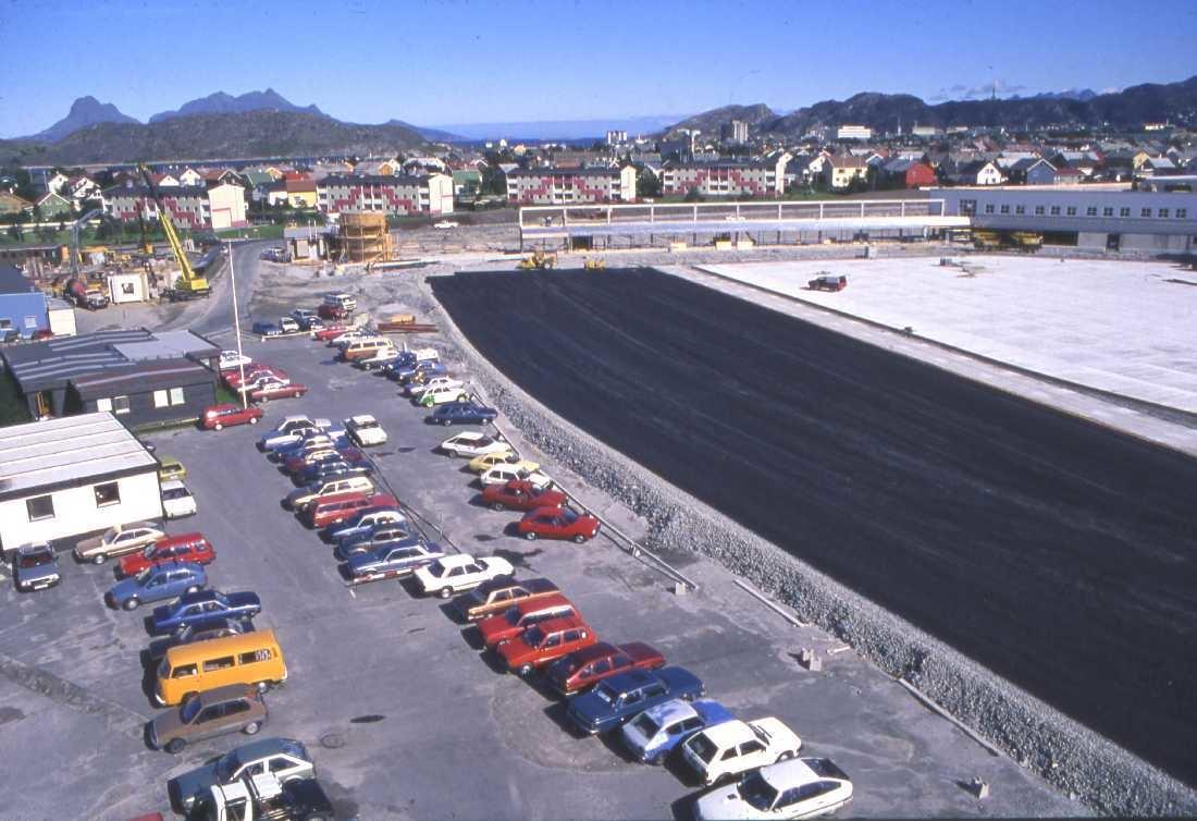 Lufthavn - flyplass. Oversikt over nytt og gammelt. Til venstre parkering for biler ved den gamle terminalen.