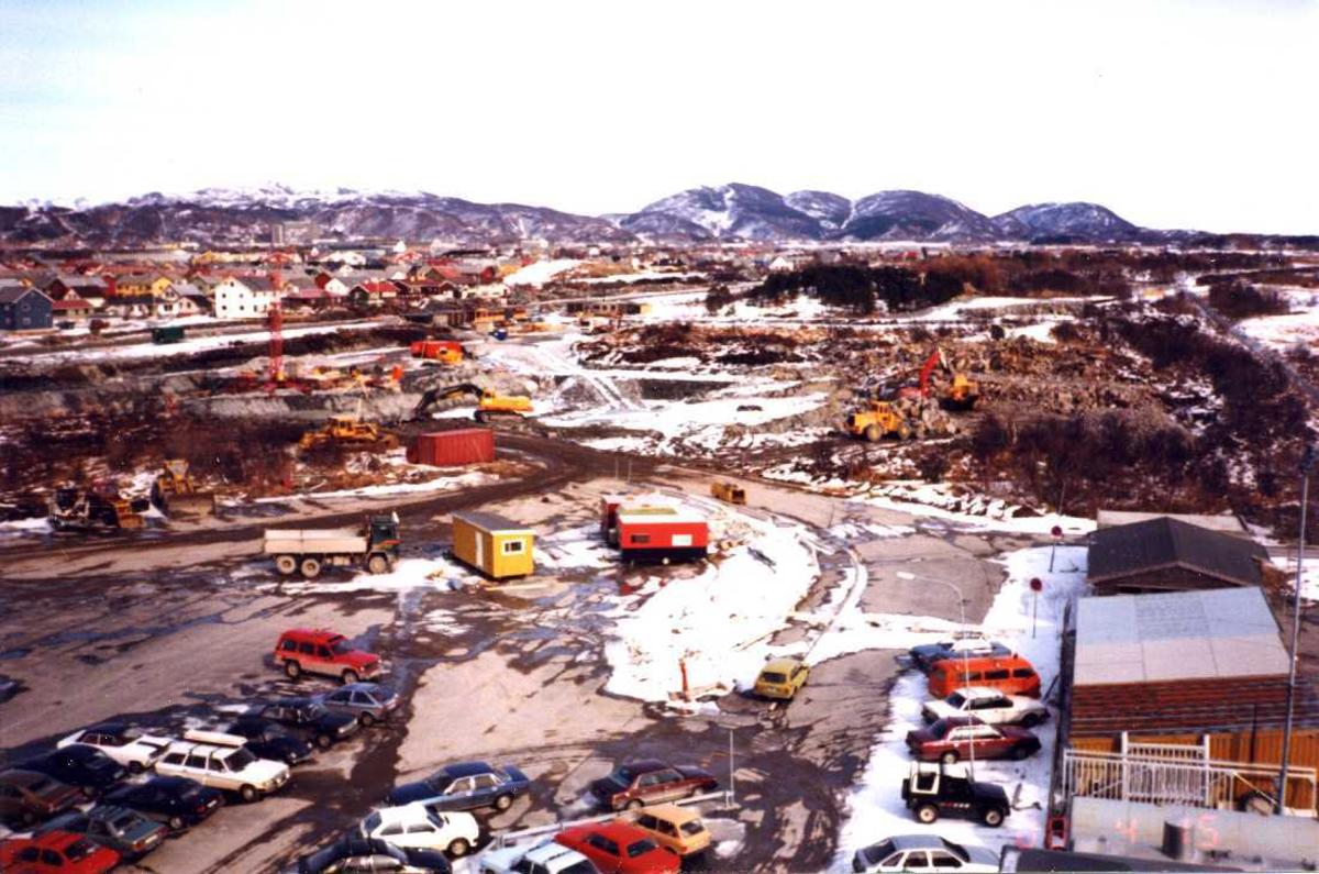 Lufthavn - flyplass. Bodø nye Lufthavn. Grunnarbeidet startet, mange gravemaskiner i virksomhet. I bakgrunnen parti fra Bodø by.