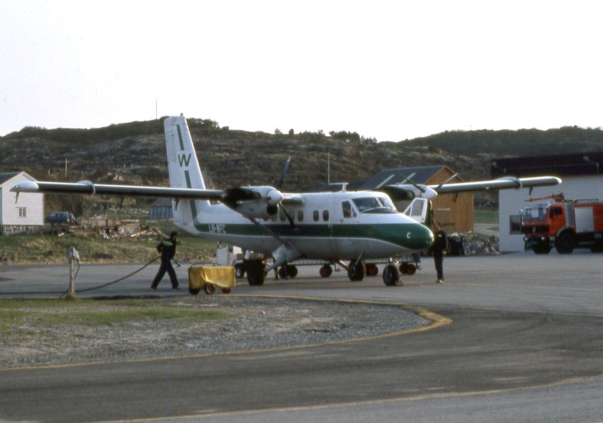 Lufthavn (flyplass). Et fly, LN-WFC, DHC-6-300 Twin Otter fra Widerøe. To personer klargjør flyet.
