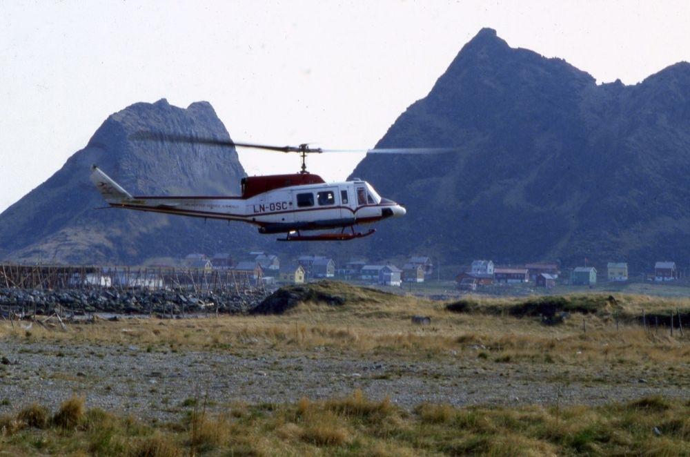 Lufthavn (heliport). Et helikopter, LN-OSC, Bell 212 fra Helikopter Service, inn for landing. Opererer Widerøe rute.