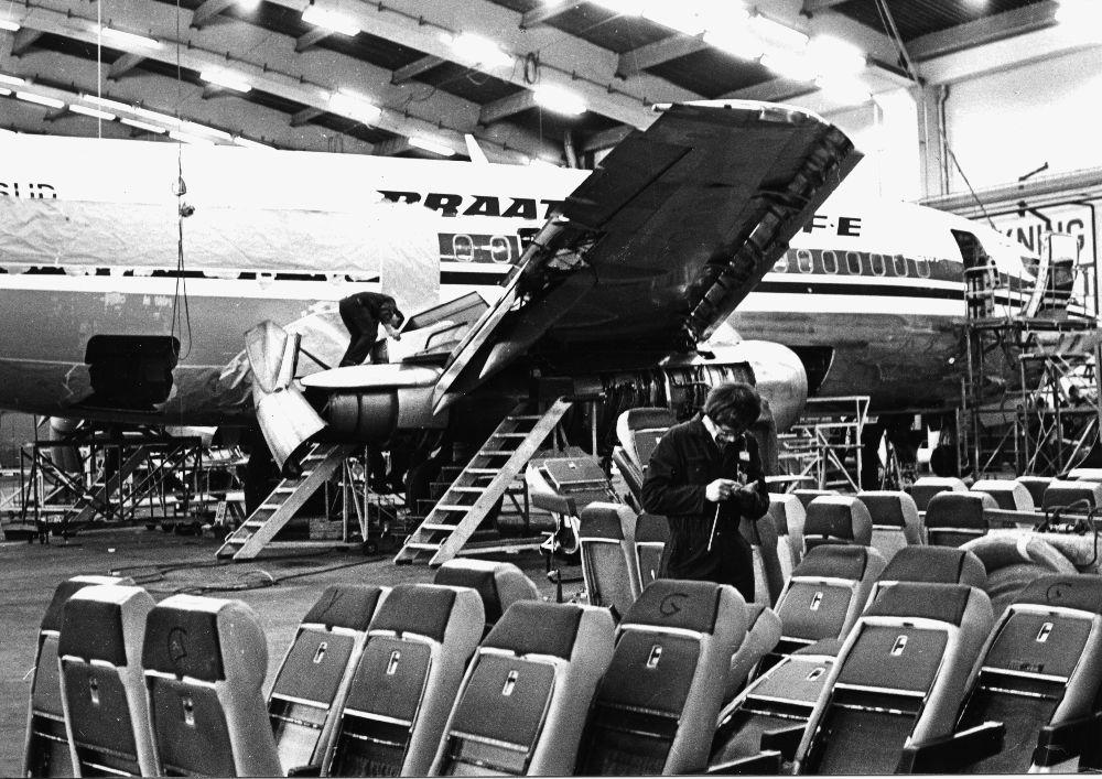 Lufthavn/flyplass. Sola/Stavanger. Et fly, Boeing 737 fra Braathens SAFE i hangar for ettersyn/vedlikehold.