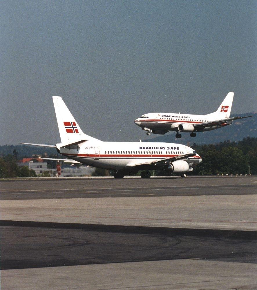 Lufthavn/Flyplass. To fly fra Braathens SAFE møtes.