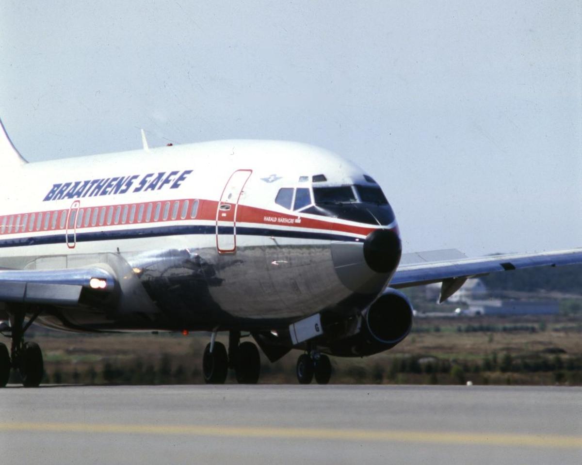 Lufthavn/Flyplass. Et fly, LN-SUG, Boeing 737 fra Braathens SAFE, har nettopp landet.