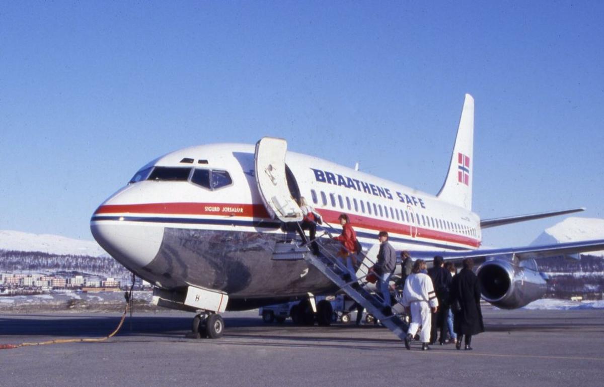 """Lufthavn/Flyplass. Et fly, """"Sigurd Jorsalfar"""", Boeing 737 fra Braathens SAFE tar ombord passasjerer."""
