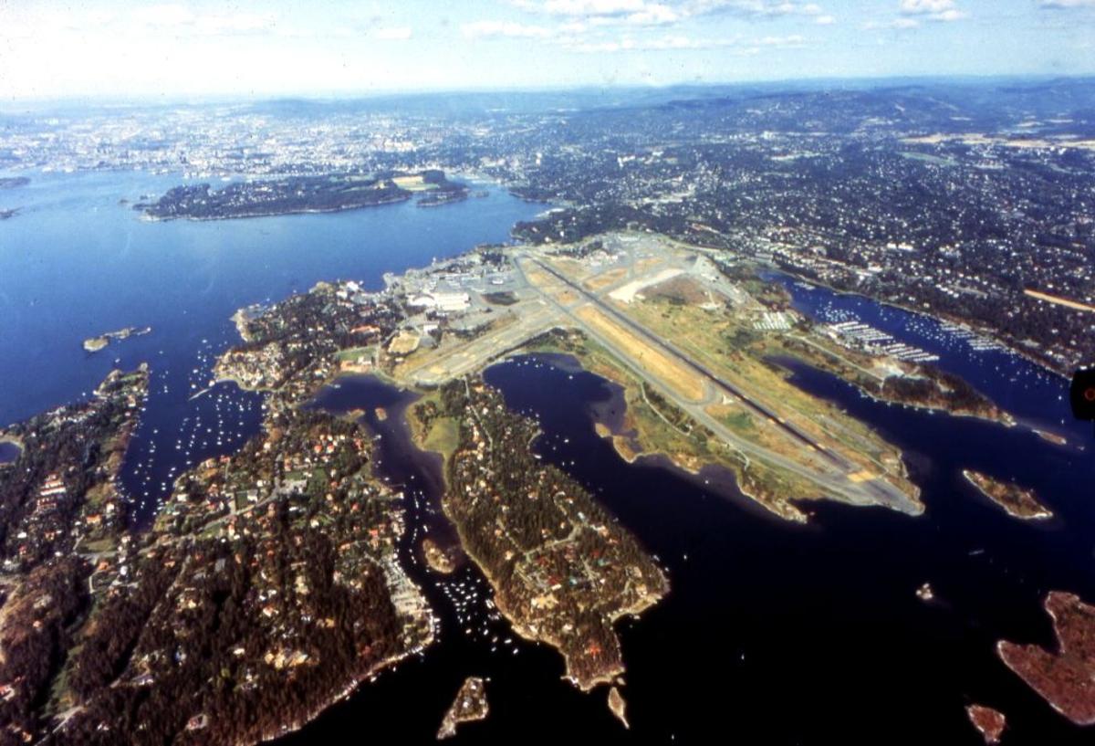 Luftfoto. Fornebu flyplass med omegn. Til venstre Snarøya og i bakgrunn litt av Oslo.
